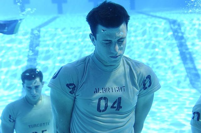 muži pod vodou