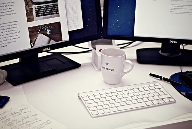 práce na PC a káva