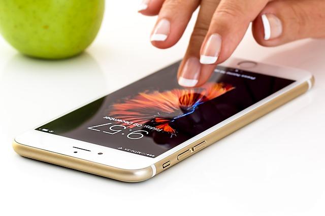 ruka nad mobilem