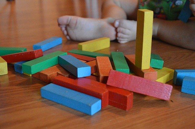 barevné kostky u dětských nožiček