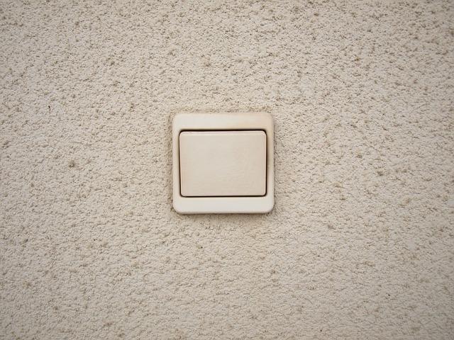 jednoduchý zapínač na zdi ve čtvercovém tvaru