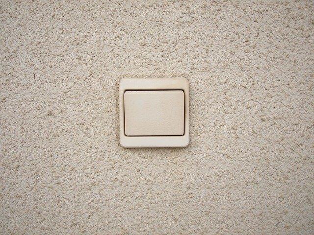 dva zapínače vedle sebe, kreslené na zdi